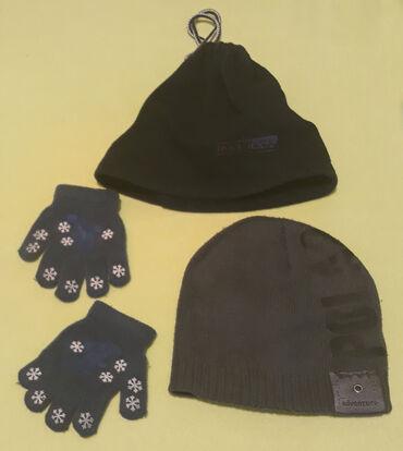 Dečija odeća i obuća - Cacak: Dve kape i rukavice veličina 2-4 godine za teget Marcco kapa