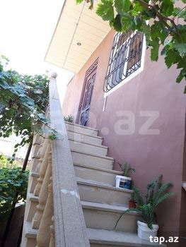 Bakı şəhərində Bineqedi qesebsi 2 sot yarinda tikilen 2 mertebeli 150 kv 6 otaqlı ev