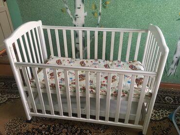 Детская мебель - Цвет: Белый - Бишкек: Детская кроватка. В идеальном состоянии. С выдвижной полкой. С матраси
