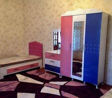 Bakı şəhərində Tozlu penb erengli genc yataq odasi