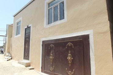 Bakı şəhərində Bineqedi Qesebesinde Cefer-Cabbarli Kucesinde yol kenarinda Yeni
