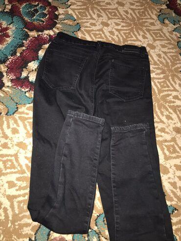 чёрные зауженные джинсы мужские в Кыргызстан: Кара шым 2.3 жолу кийилген  Размер : 26      Футболка жаңы      Жынсы