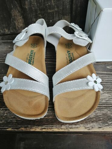 Anatomske sandalice za devojcice, broj 34. Nosene 2 puta, bez ostecenj
