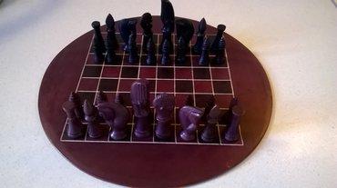 Σκάκι σε μαύρο – μελιτζανί χρώμαΤο σκάκι είναι αχρησιμοποίητο αλλά