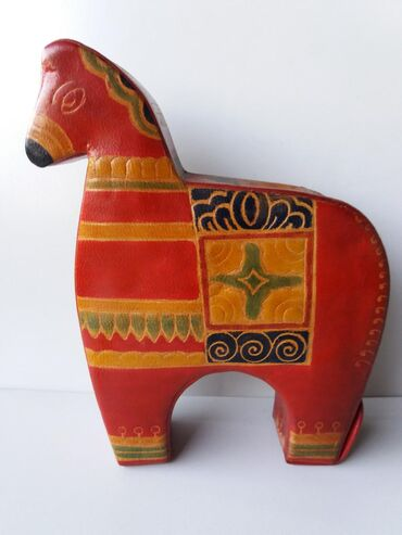 Kasa za sitan novac h obliku konja. Materijal koza. Rucni rad
