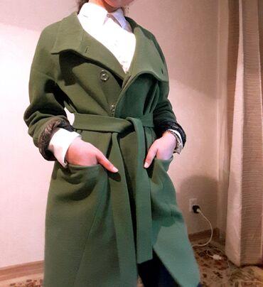 Пальто осень, весна зима. Цвет насыщенно зеленый. Никаких пятен