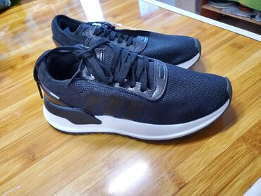 Продаются новые кроссовки Adidas оригинал,привозные из Америки.Не