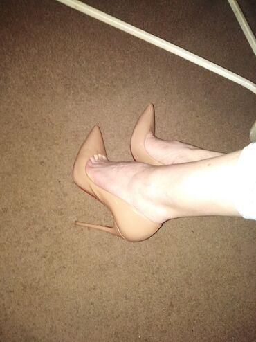 Labutin kožne cipele, prelepe boje. Broj je 39,ug 25,5. Uzi je model
