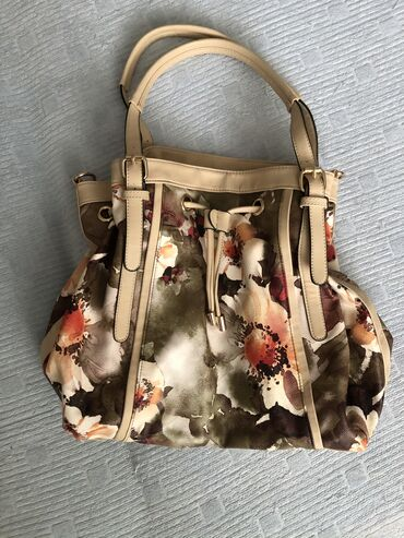 Cvetna torba samo nova,bez oštećenja prostrana i sa pregradama