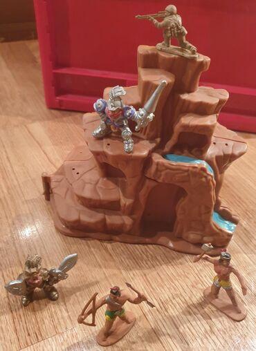 Vojnik, gusari, indijanci zamak stena kao planina sa vodopadom. Set za