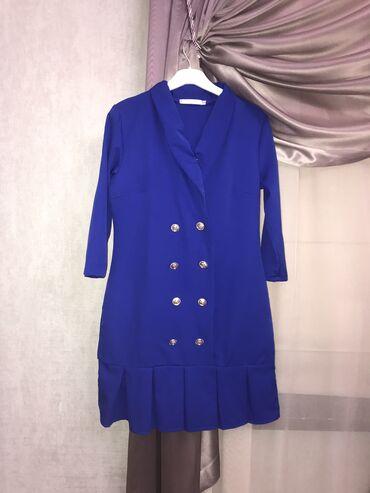 Двубортное платье длины мини синего цвета . Размер 42