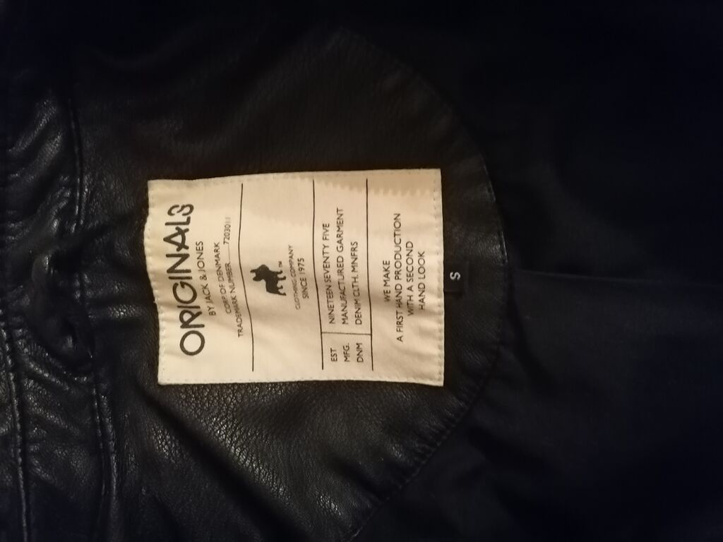 Crna kozna jakna Velicina s, ali odgovara m veličini