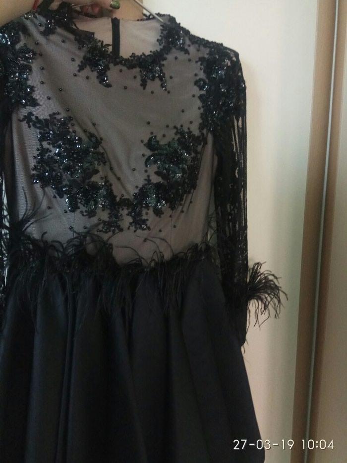 Дизайнерское платье с перьями в идеальном состоянии. Photo 1