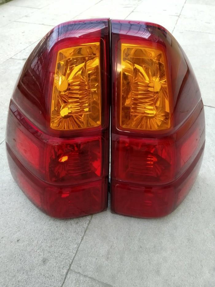 2008 LEXUS PRADO nun orijinal arxa faraları 2 ədəd, aşağı hissələrində cüzi cızıqlar olduğuna görə üzərinə qırmızı plyonka çəkilib, üzdən bilinmir