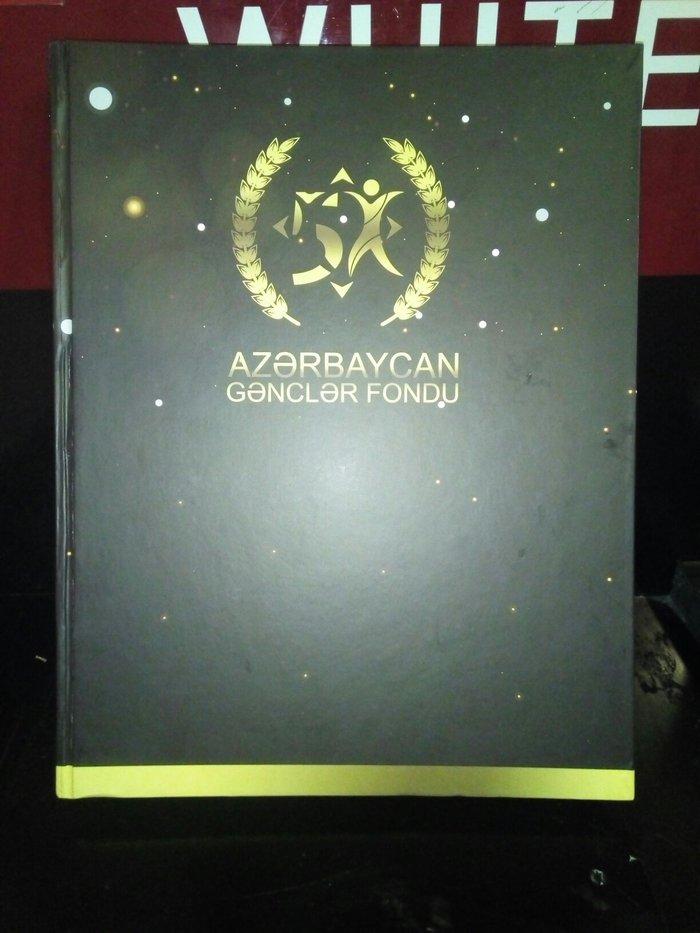 Kitab. Azerbaycan gencler birliyi. Cox qalin ve rengarengdir. Qiy 7azn. Photo 0