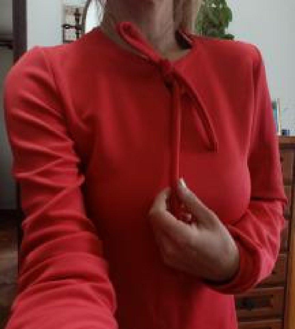 Haljina intenzivno crvene boje, sa karnerima po dnu