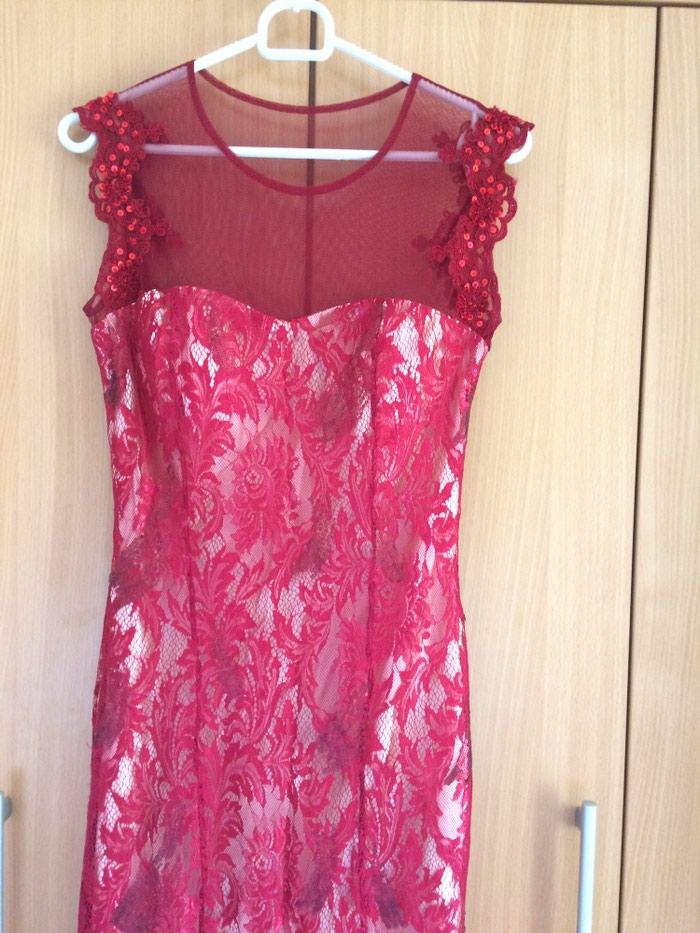 Crvena svecana haljina od cipke, jako kvalitetna, dva puta nosena, idealna kao maturska haljina, velicina 38, obim grudi oko 83cm, struka oko 66cm, otprilike za osobu kilaze oko 55kg i visine 165cm