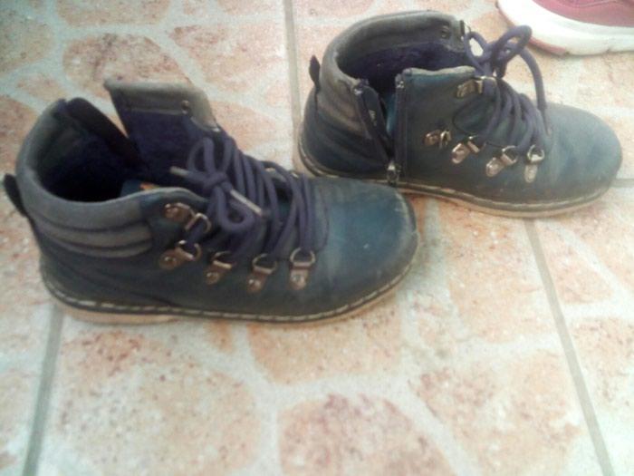 Dobre cipele za decaka nisu nigde pukle a vidljiv trag ostecenja je uslikan