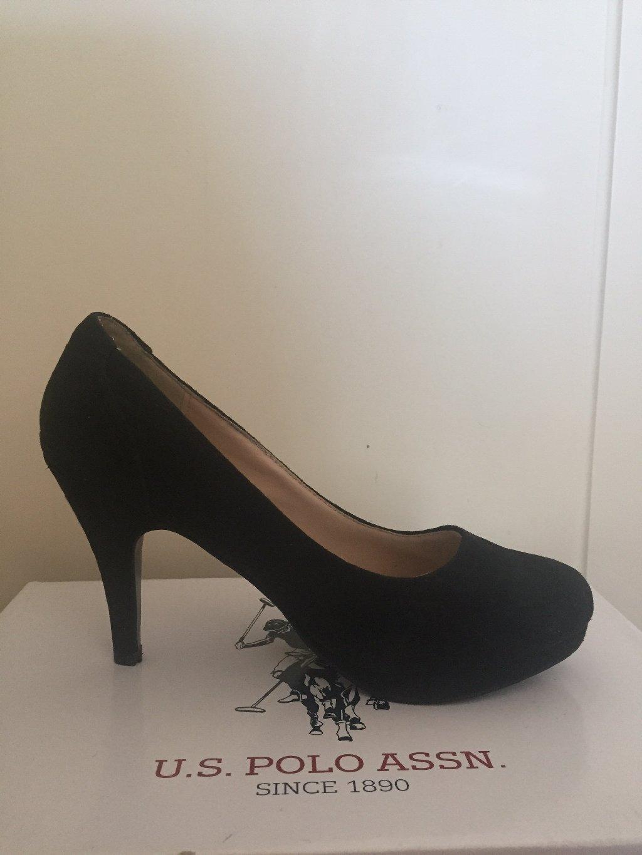 Μαύρη γόβα ,σουεντ,με άνετο τακούνι και φιαπα,ελάχιστα φορεμένα,νούμερο 38