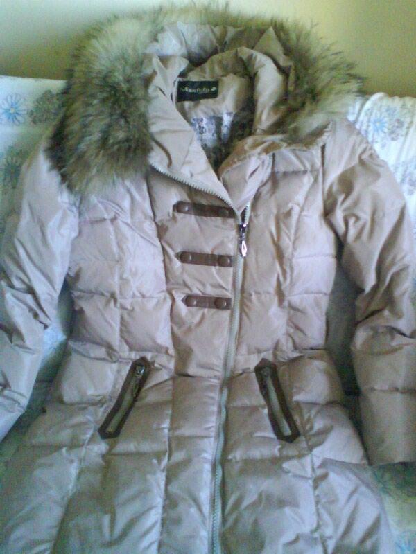 Женска зимска јакна са капуљачом неношена