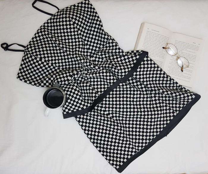 Crno-bela retro haljina, sjajan materijal za usku haljinu sa karnerom oko struka, nosena jedan jedini put