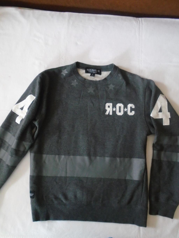 Nov kvalitetan ( rap, hip hop), puniji duks brenda Rocawear, sa belim kao kožnim aplikacijama
