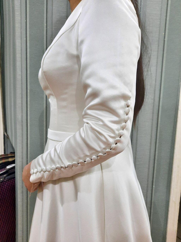 Платье: Продаю платьеПлотный атлас.Простое ,но нежное .Размер 46-48.Отдам за 9