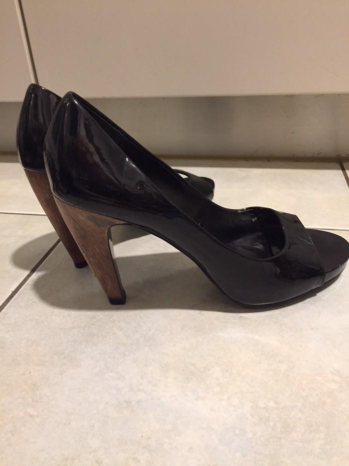 Zara woman μαύρα λουστρίνια peeptoes με τακούνι από ξύλο . Αφόρετα. Photo 0