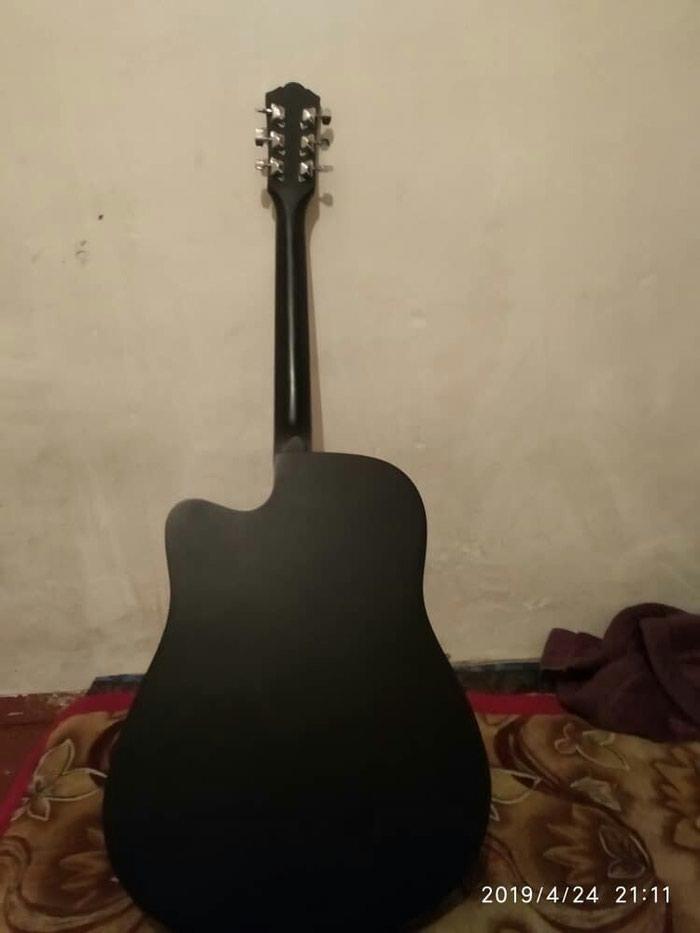 Гитара сатам 4500сом чехолу менен жап жаны чалгыла суйлошобуз. Photo 1