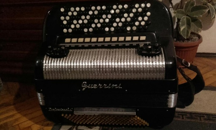 Original italijanska.Odlicna harmonika.Cena 3.500 e - Beograd