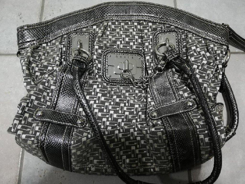 Πωλείται γυναικεία τσάντα Guess αυθεντική σε άριστη κατάσταση