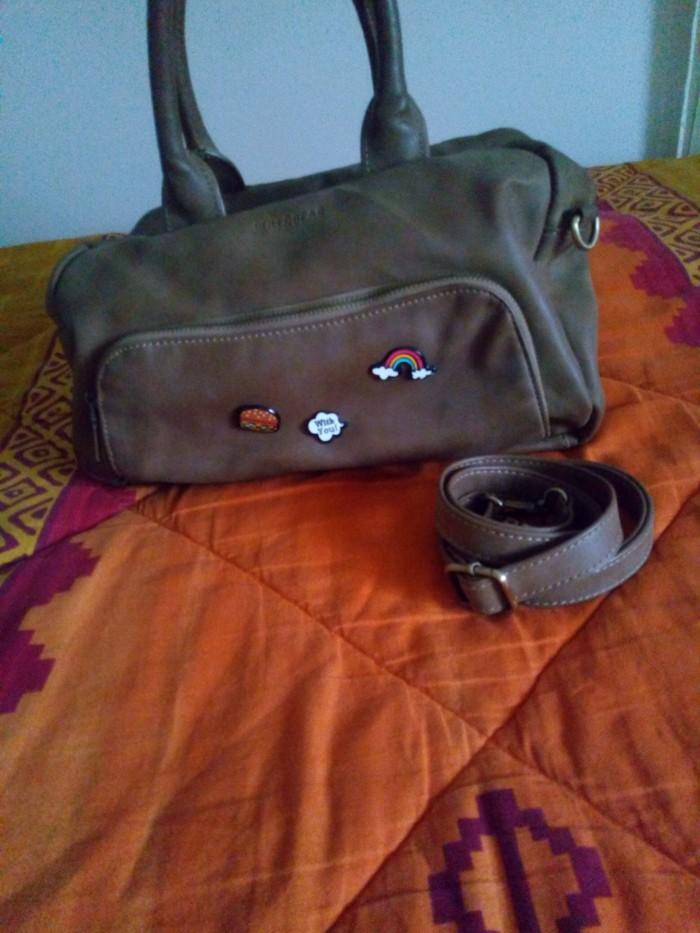 Τσάντα με αφαιρούμενο λουράκι . Οι κονκάρδες βγαίνουν σε Αθήνα