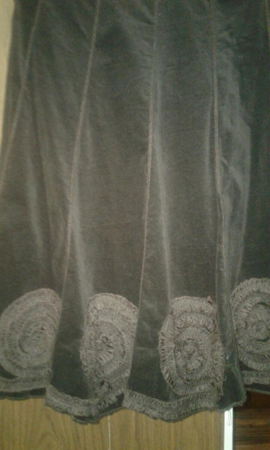 Продаю Турция красивую модную юбку 10 клинку из бархата шоколадный цвет с красивой апликацией в виде цветов из шелковой ленты