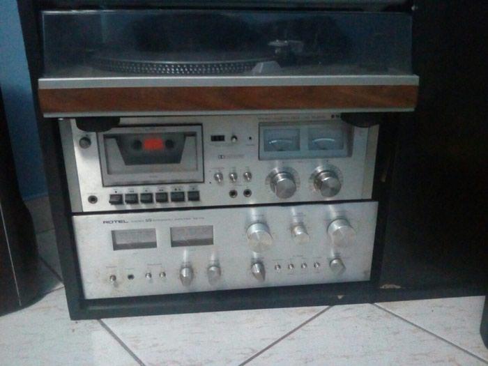 Ηχοσυστήματα παλαιού τύπου με πικάπ και τα ηχεία του. σε Περιστέρι