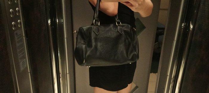 Ευρύχωρη τσάντα τύπου δερμάτινη με Λουράκι στο πλάι. Photo 0