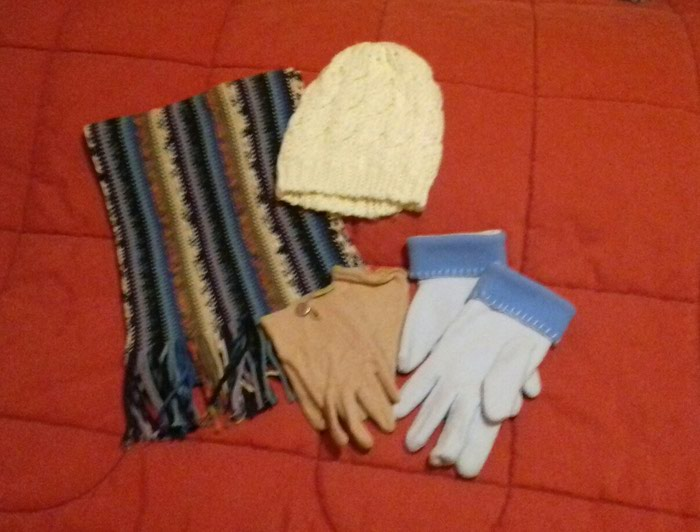 Κασκόλ, σκούφος, γάντια - αφόρετα  ** Όλα μαζί 10€ **