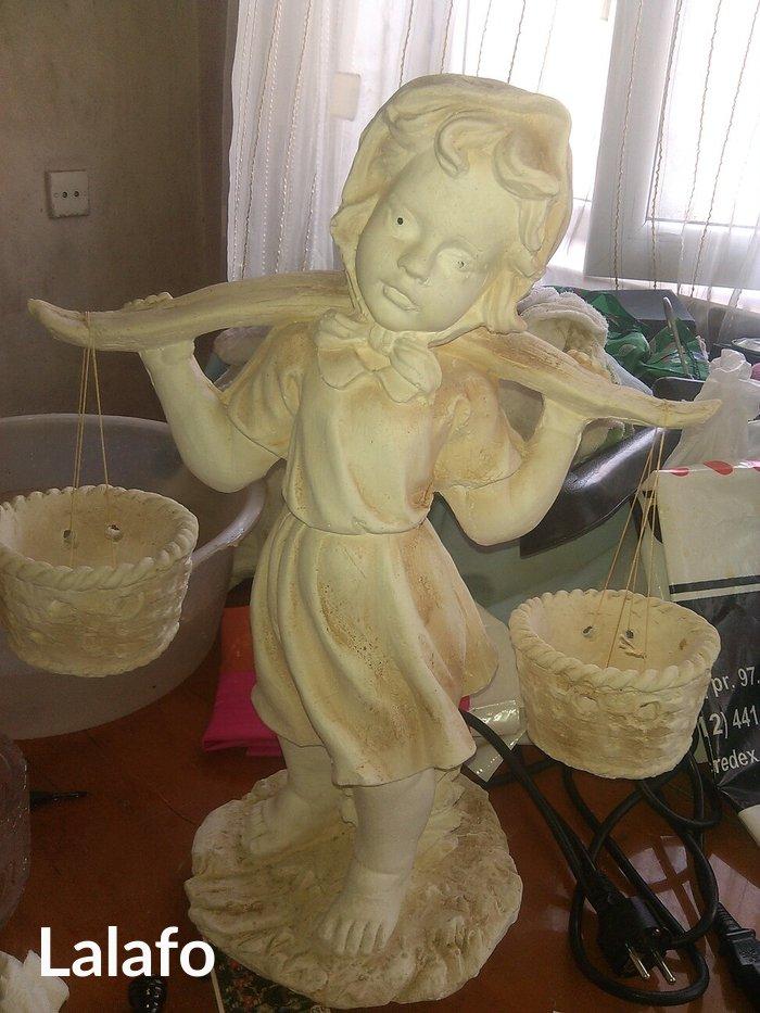 Gəncə şəhərində heykәl sәhәngli qız.