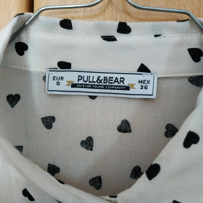 Woman's shirt size small pull and Bear. Photo 3