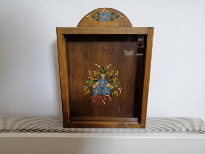 Στεφανοθήκη ξύλινη, χειροποίητη από αγιογράφο, στιβαρή κατασκευή, με κρεμαστάρι για τον τοίχο, άριστη & αχρησιμοποίητη