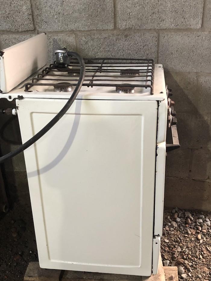 Газовая плита четырехконфорочная в рабочем состоянии. Photo 2