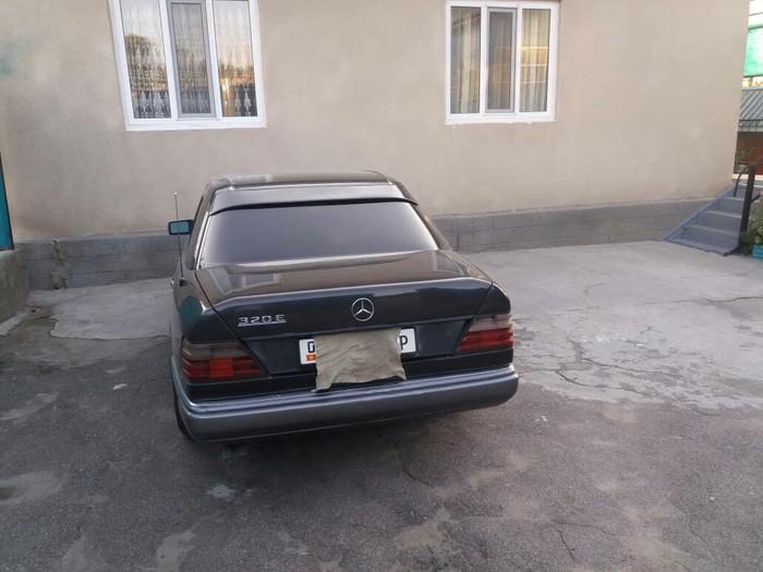 Mercedes-Benz E 320 1993. Photo 3