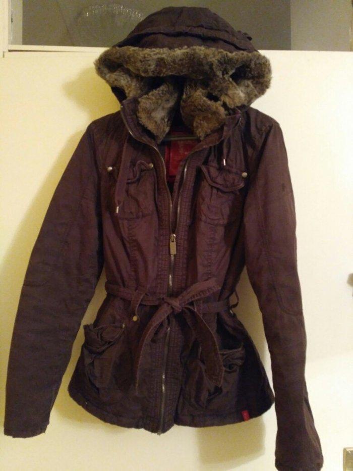 Esprit prolećna blago postavljena jakna u s veličini, krzno sa okovratnika i kapuljace može da se skine