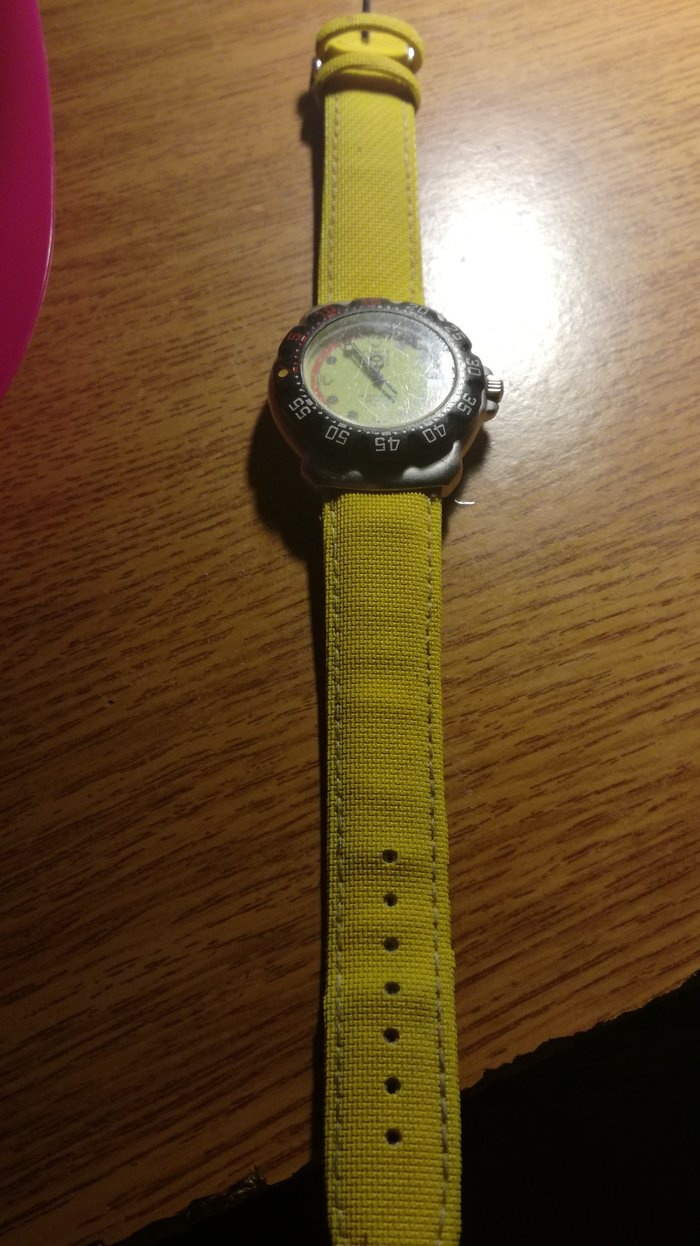 Men's watch with a yellow strap. Needs new battery. σε Καματερó