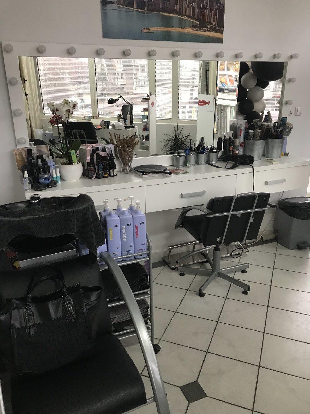 Izdajem kompletno namesten frizerski salon,sa svom opremom,farbama,blansevima,negom,cetkama,bukvalno svee,samo da dodjete i krenete da radite