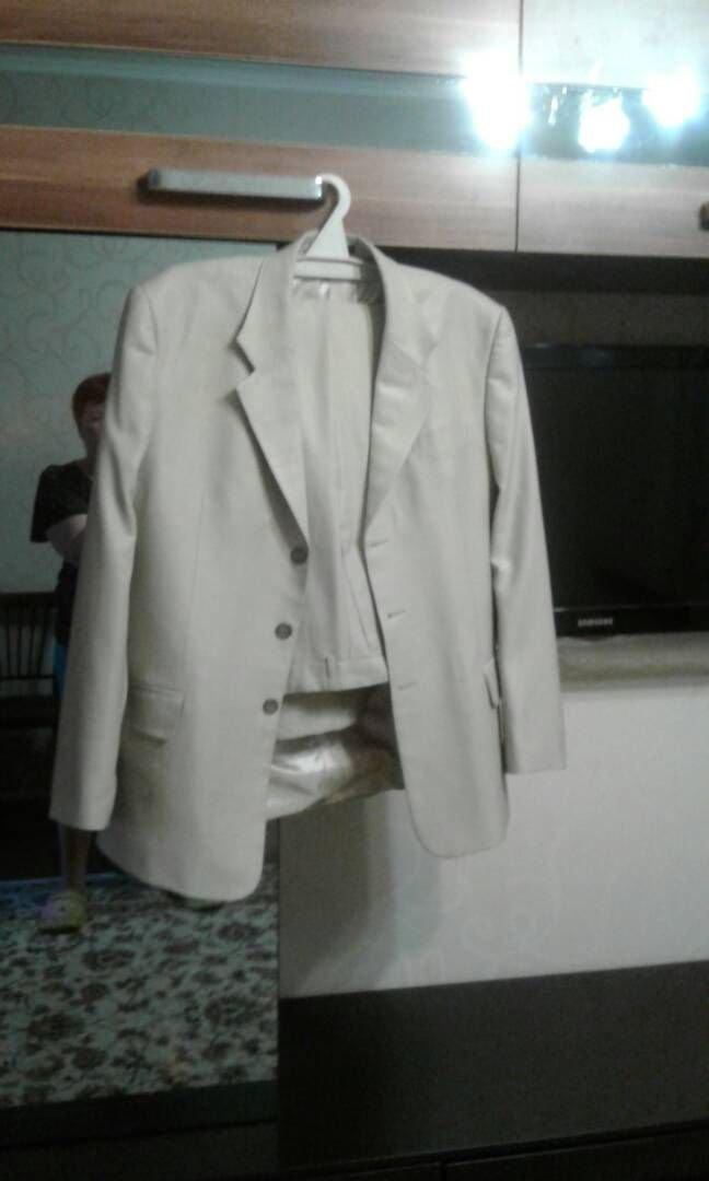 Костюм белый тройка, размер 56, наверное можно и 54, одевался 1 раз в Бишкек