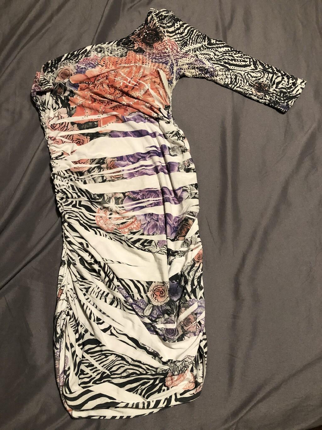 Όμορφη φόρεμα από την Linda ελαστικό υλικό size SMALL! πολύ ωραία εφαρμογή!