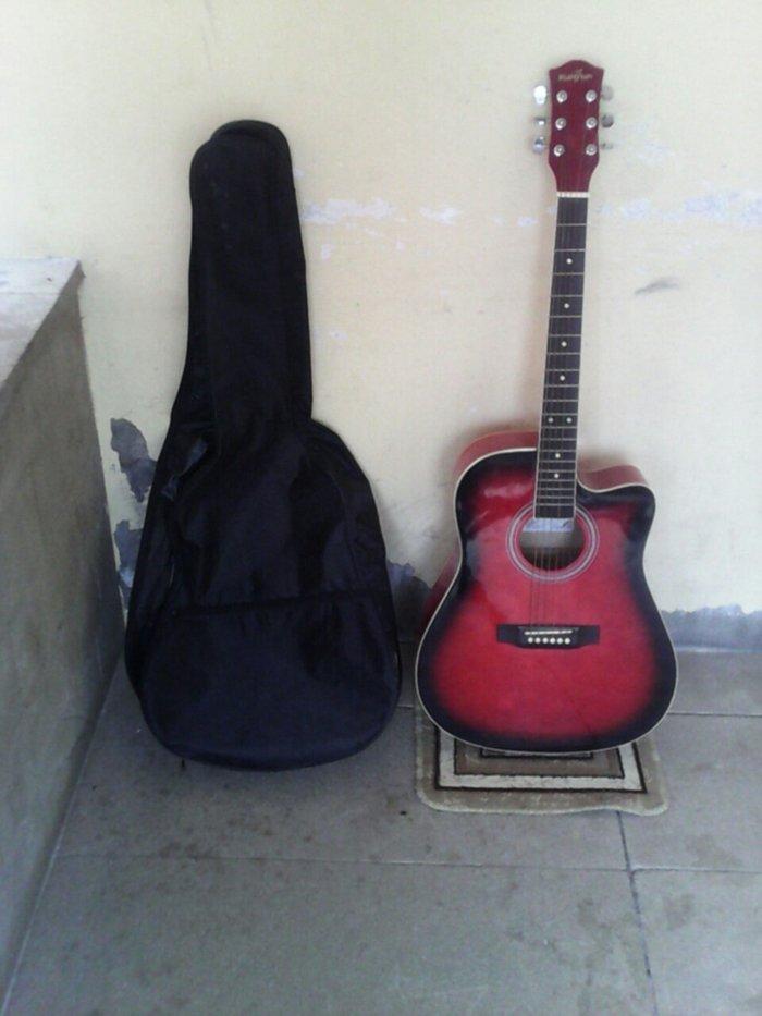 Gəncə şəhərində kunyum firmasinin ela akustik gitarasi simlerini teze deyisdirmisem ça