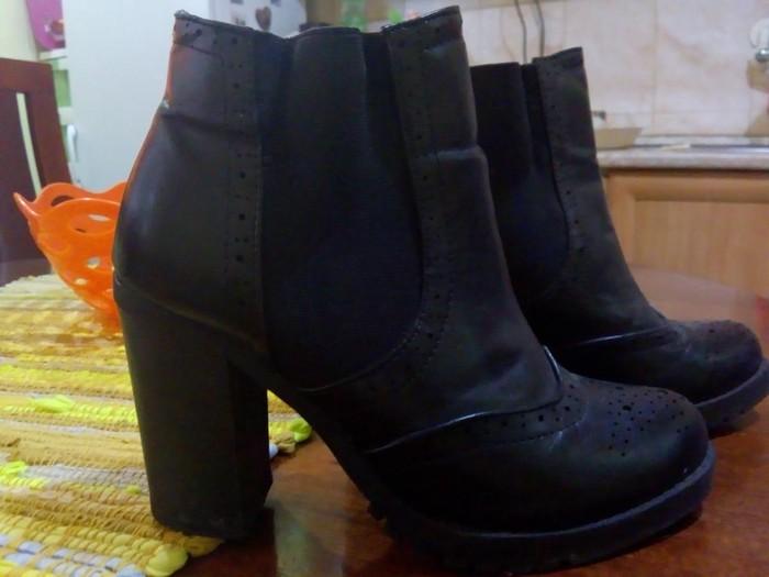 Ženska obuća - Kraljevo: Cizmice kratke.crne.SAVRSENE.br. 36