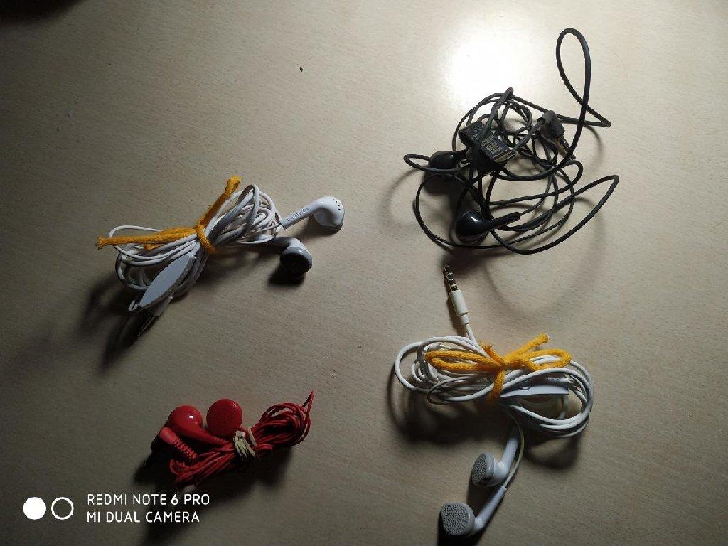 4 ζευγάρια ακουστικά σε τέλεια κατάσταση! Τα δύο είναι  Samsung!! Μεταφορές σε όλη την Ελλάδα !