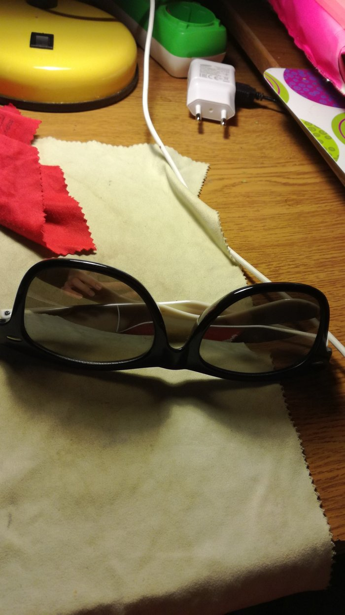 White sunglasses with black lens. Case included. σε Ελευσίνα